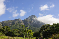 Hintergrund der Gebirgslandschaft und des blauen Himmels Lizenzfreies Stockfoto