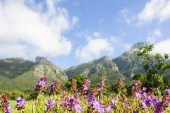 Hintergrund der Gebirgslandschaft und des blauen Himmels Stockbild