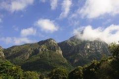 Hintergrund der Gebirgslandschaft und des blauen Himmels Lizenzfreies Stockbild