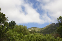 Hintergrund der Gebirgslandschaft und des blauen Himmels Stockfotos