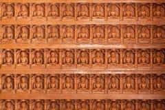 Hintergrund der geschnitzten Wand mit vielen Buddha-Zahlen Stockfoto
