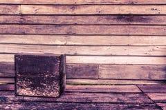 Hintergrund der Holzverkleidung mit quadratischem Kasten auf Boden Stockfotos