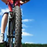 Hintergrund der Mountainbike und des blauen Himmels Stockbilder