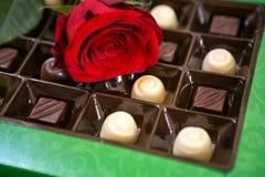 Hintergrund der roten Rosen und der Schokoladen Stockfoto