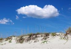 Hintergrund der Sanddüne und des blauen Himmels Lizenzfreies Stockbild