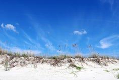 Hintergrund der Sanddüne und des blauen Himmels Stockbilder