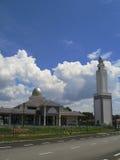 Hintergrund der schönen modernen Moschee und des blauen Himmels Stockfotos