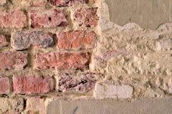 Hintergrund der schmutzigen Backsteinmauer der alten Weinlese mit Schalengips, Beschaffenheit Stockbilder