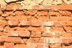 Hintergrund der schmutzigen Backsteinmauer der alten Weinlese mit Schalengips, Beschaffenheit Stockfoto