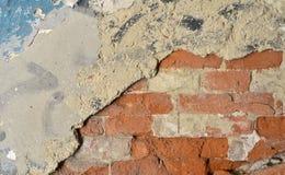 Hintergrund der schmutzigen Backsteinmauer der alten Weinlese mit Schalengips, Beschaffenheit Lizenzfreies Stockfoto