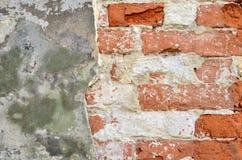 Hintergrund der schmutzigen Backsteinmauer der alten Weinlese mit Schalengips, Beschaffenheit Stockfotografie