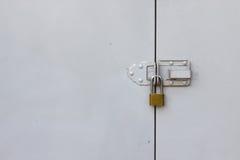 Hintergrund der Tür mit Verschluss im Metallmaterial, Sicherheitsausrüstung Stockbilder