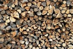 Hintergrund der trockenen gehackten Brennholzprotokolle vorangekommen Lizenzfreies Stockbild