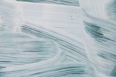 Hintergrund der weißen Farbe auf einem blauen Pinselstrich Lizenzfreie Stockfotos
