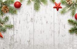 Hintergrund der weißen Weihnacht mit Baum und Dekorationen Stockfotos