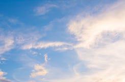 Hintergrund der weißen Wolke und des blauen Himmels Lizenzfreie Stockfotos