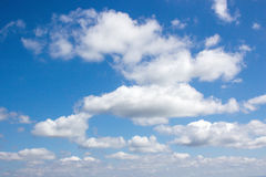 Hintergrund der weißen Wolke und des blauen Himmels Stockfotografie