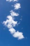 Hintergrund der weißen Wolke und des blauen Himmels Lizenzfreies Stockbild