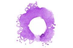 Hintergrund des abstrakten Aquarells beschmutzt die Formung einer gelegentlichen Form der violetten Farbe mit einem runden Raum f Stockbilder