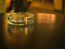 Hintergrund des Aschenbechers auf dem schwarzen Tabellenabschluß oben Stockfoto