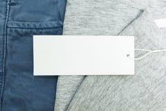 Hintergrund des Baumwollstoffs und des T-Shirts mit leerem Aufkleber für füllende Texte lizenzfreies stockfoto