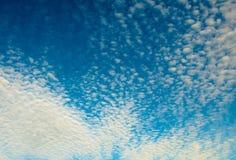 Hintergrund des bewölkten Himmels Stockbild