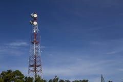 Hintergrund des blauen Himmels der Kommunikationsantenne Stockbild