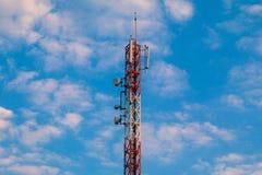 Hintergrund des blauen Himmels der Telekommunikation Stockfotografie