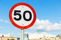 Hintergrund des blauen Himmels des Verkehrsschildes 50 Stockbild
