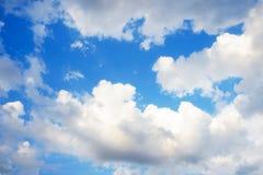 Hintergrund des blauen Himmels mit kleine Wolken Lizenzfreie Stockfotos