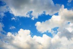 Hintergrund des blauen Himmels mit kleine Wolken Lizenzfreie Stockfotografie