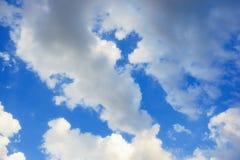 Hintergrund des blauen Himmels mit kleine Wolken Stockfotografie