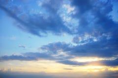 Hintergrund des blauen Himmels mit kleine Wolken Lizenzfreie Stockbilder