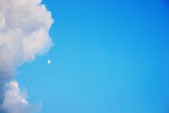 Hintergrund des blauen Himmels mit kleine Wolken Stockfotos