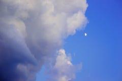 Hintergrund des blauen Himmels mit kleine Wolken Lizenzfreies Stockfoto
