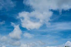 Hintergrund des blauen Himmels mit kleinen Wolken Lizenzfreie Stockbilder