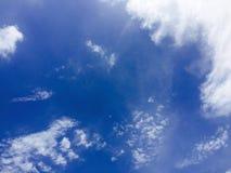 Hintergrund des blauen Himmels mit kleiner Wolke lizenzfreie stockfotografie