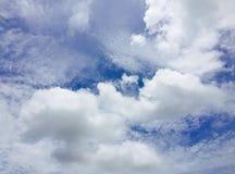 Hintergrund des blauen Himmels mit kleiner Wolke stockbilder