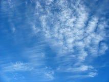 Hintergrund des blauen Himmels mit Schäfchenwolken Stockbild