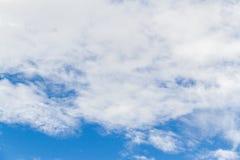 Hintergrund des blauen Himmels mit weißem flaumigem Lizenzfreie Stockfotografie