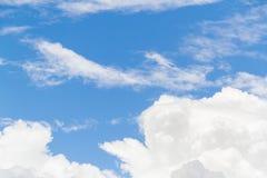 Hintergrund des blauen Himmels mit weißem flaumigem Lizenzfreies Stockfoto