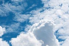 Hintergrund des blauen Himmels mit weißen Wolken Stockfotografie