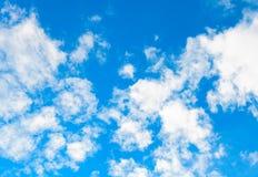 Hintergrund des blauen Himmels mit weißen Wolken Lizenzfreie Stockbilder