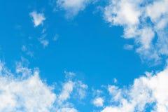Hintergrund des blauen Himmels mit weißen Wolken Lizenzfreie Stockfotografie