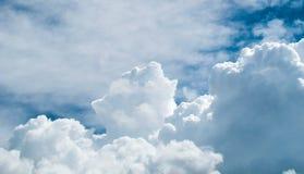 Hintergrund des blauen Himmels mit weißen Wolken Lizenzfreies Stockfoto