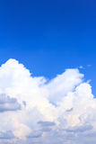 Hintergrund des blauen Himmels mit weißen Wolken, Regenwolken Lizenzfreies Stockfoto