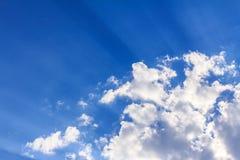 Hintergrund des blauen Himmels mit weißen Wolken, Regenwolken Lizenzfreies Stockbild