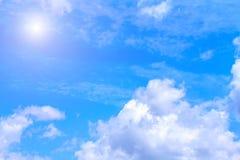 Hintergrund des blauen Himmels mit weißen Wolken und Sonnenschein Lizenzfreies Stockbild