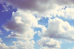 Hintergrund des blauen Himmels mit weißen Wolken Wolken mit blauem Himmel Bewölkt Hintergrund Himmeldruck Wolkendruck Stockbild