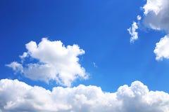 Hintergrund des blauen Himmels mit weißen Wolken Wolken mit blauem Himmel Bewölkt Hintergrund Himmeldruck Wolkendruck Stockfotos